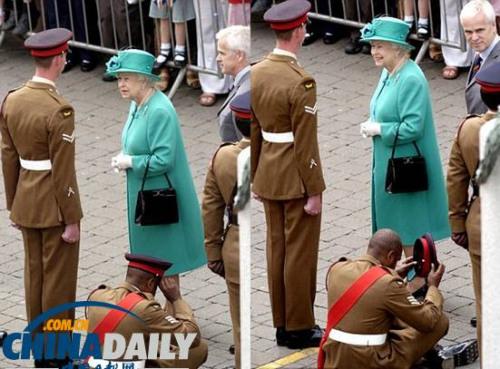 """士兵盘腿坐地迎接 众人震惊英女王""""淡定"""""""
