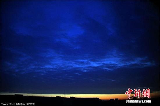吉林刀切晚霞上黑下红泾渭分明 和乌云一线天