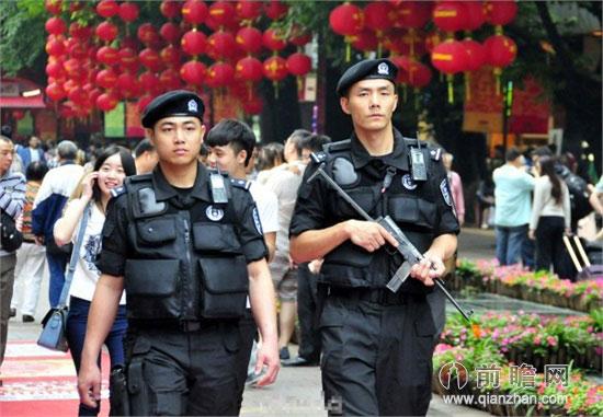 广州警察持枪巡街 特警配备特种防暴枪催泪弹等武器