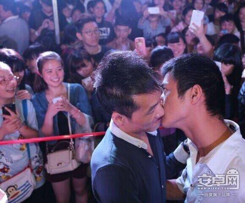 """金华接吻大赛亮瞎眼 好基友""""吻成一片"""""""