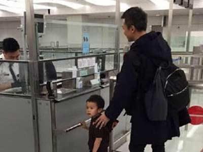 邓超一家现身机场 引发网友围观