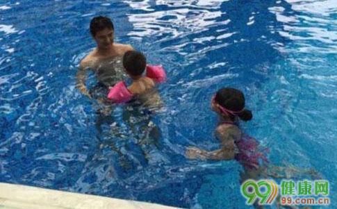 田亮教儿女游泳 变身教练超级有爱