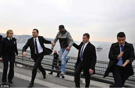 总统劝下跳桥男子 令对方打消自杀念头