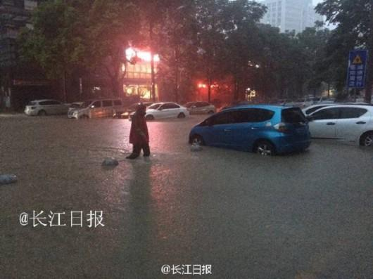 武汉特大洪水 城区交通已瘫痪万人连夜转移