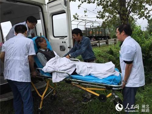 武汉特大洪水 医疗队赶赴一线救治灾民