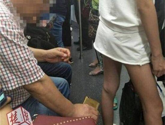 曝武汉地铁恶心男 大叔手机偷拍裙底