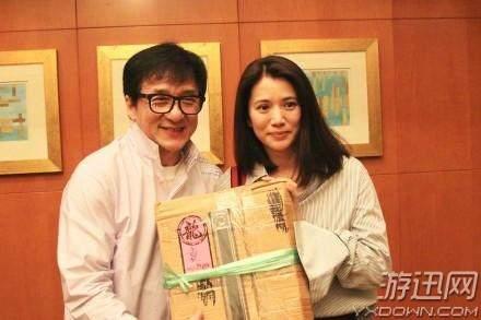 袁咏仪与成龙合照 22年恩怨终获冰释