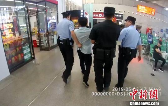 男子霸座殴打乘客 被行政拘留5日